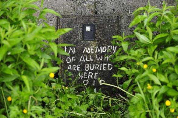"""""""En memoria de todos los que están enterrados aquí"""", se lee en el mensaje escrito en el lugar donde se ha hallado una fosa común con restos de 796 niños, un antiguo convento católico de Tuam (Galway, Irlanda). / Aidan Crawley (Efe)"""